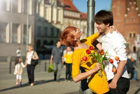 街,甜蜜的情侣,恋爱中的女孩,爱情