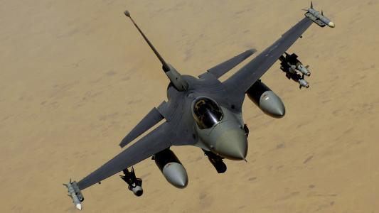 军用飞机F-16全副武装