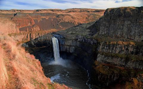 峡谷中的瀑布