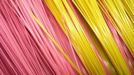 粉红色和黄色的纤维