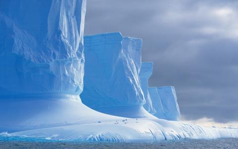 巨大的冰岩石