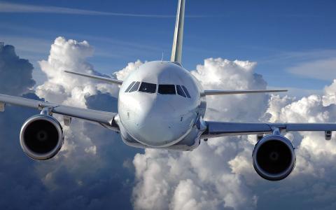 乘客波音737以云彩为背景