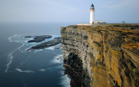 在海面上的一个陡峭的银行的灯塔