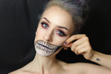 人体艺术在女孩的脸上