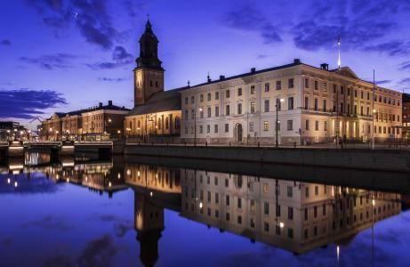 在哥德堡市美丽的老建筑反映在河,瑞典
