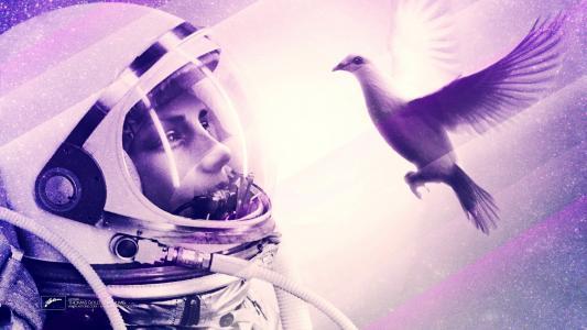 看着这只鸟的宇航员