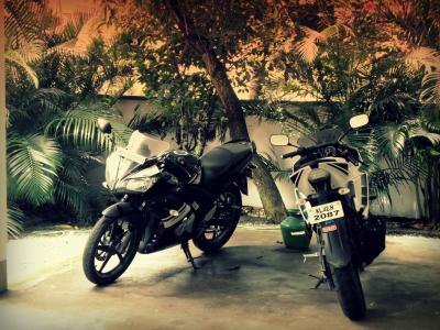 两个摩托车在院子里