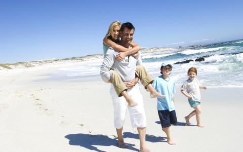 家庭沿着岸边漫步