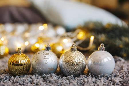 四个彩色圣诞球