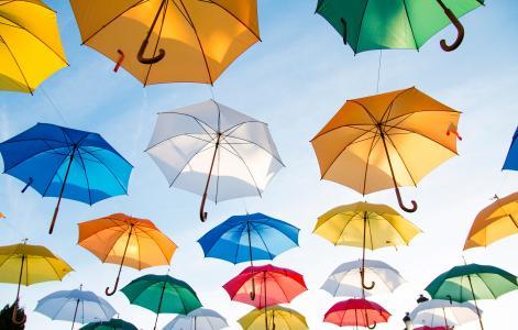 多彩多姿的伞在蓝蓝的天空