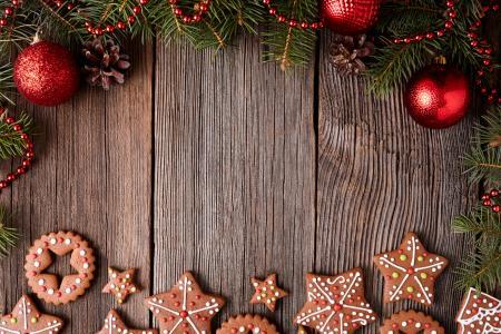 姜饼干和红色圣诞球,圣诞贺卡的背景