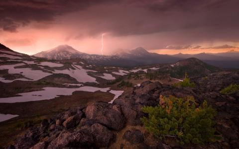 雷暴在俄勒冈州的山