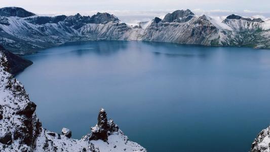 老火山口的黑暗湖