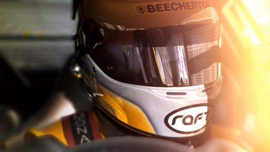 赛车手在头盔