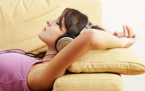 耳机里的女孩躺在枕头上