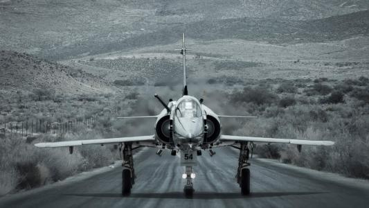 战斗机在跑道上