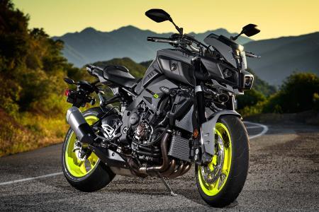雅马哈FZ-10运动摩托车在赛道上
