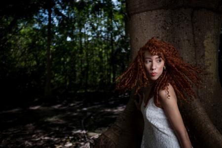 红发女孩卷发附近一棵大树