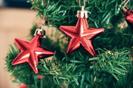 2018年新年,圣诞树上有两颗红色的星星
