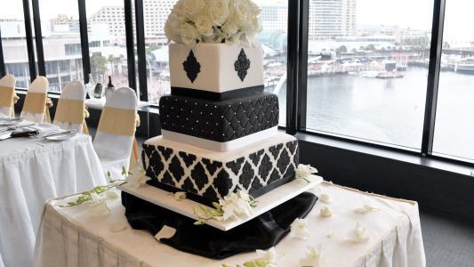 美丽的大黑白婚礼蛋糕