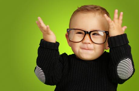 带着眼镜的小男孩微笑着
