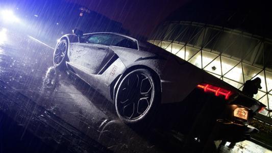 兰博基尼Aventador LP 700-4在雨中