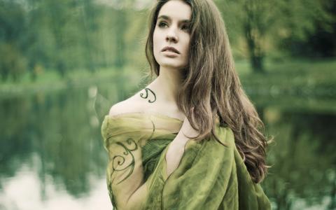 绿色与纹身的女孩