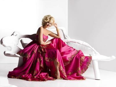 一个穿着粉色长礼服的模特