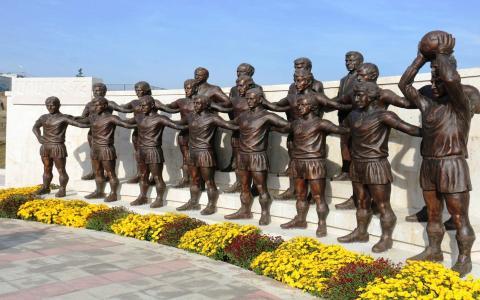 """在埃里温传说中的足球俱乐部""""亚拉腊-73""""的纪念碑"""