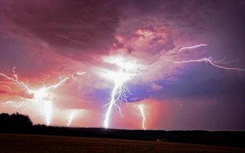 粉红色云彩中的强大闪电