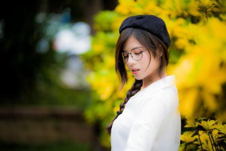 戴着眼镜,黑色贝雷帽的亚洲女孩