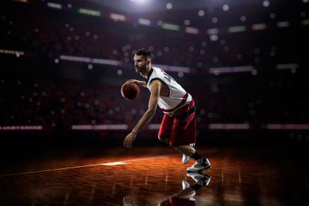 与球在场上播放的篮球运动员