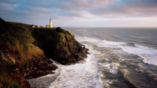 风雨如磐的海面上的灯塔