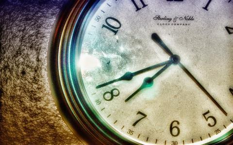 时钟在白色表盘上的手