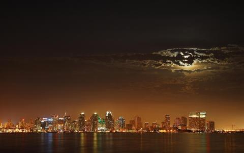 在海边的城市灯光