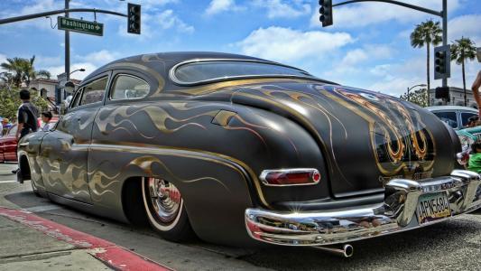 在一个停车场的彩绘的汽车