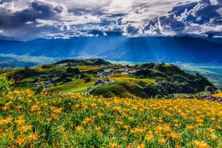 太阳的光线穿过白茫茫的小山,穿过白云。