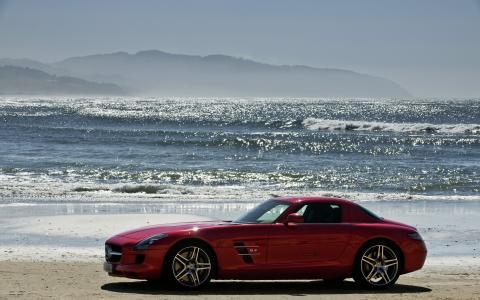 在沙滩上的红色奔驰