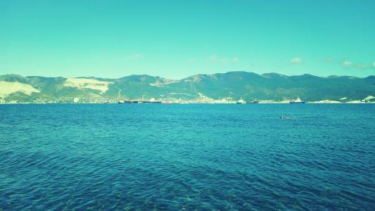 蓝色的大海和绿色的山脉