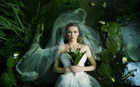 新娘躺在水中