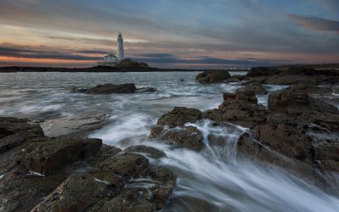 反对灯塔的不安的海