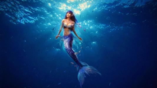 美人鱼游到水面上