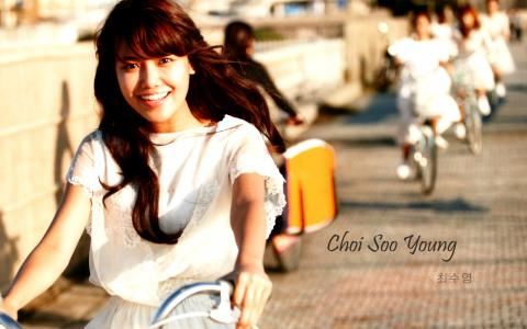 骑自行车的韩国女孩