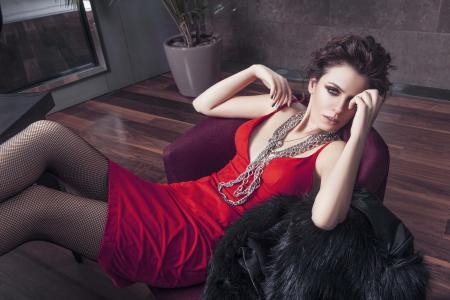 美丽的土耳其演员巴沙克·帕拉克在一件红色的连衣裙