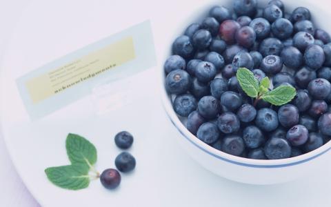 蓝莓在盘子里