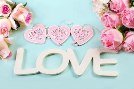 粉红色的玫瑰,心中有白色的题字爱英文