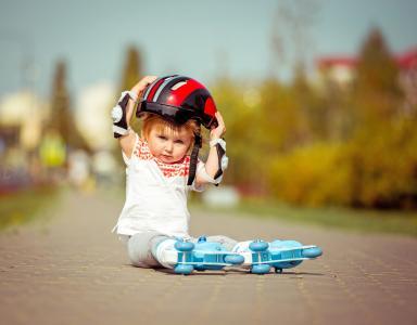 头盔和溜冰鞋的小男孩