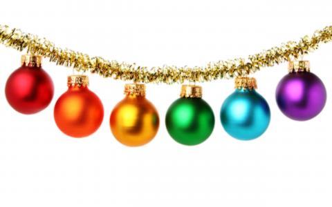 多彩多姿的圣诞树玩具在白色背景上