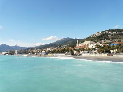 海湾的蓝色海水在手段在彼得拉·利古雷,意大利