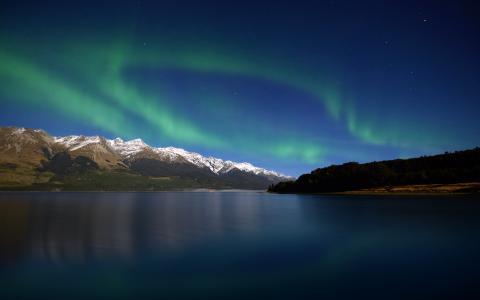 新西兰瓦卡蒂普湖上的北极光